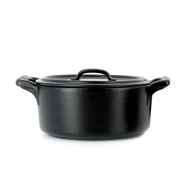 Round casserole dish in black porcelain with lid